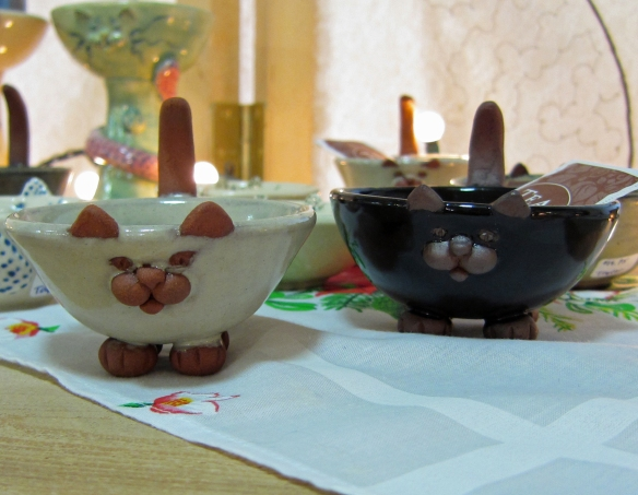 ceramic bowls with cat motif