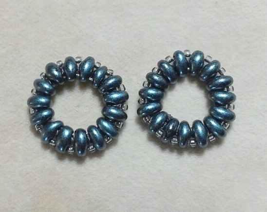 Beded links in dark blue